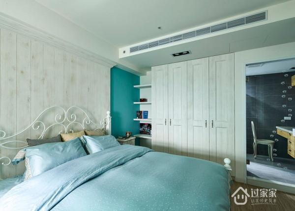 卧室用了屋主喜爱的浅蓝色,室内卫生间的设计也充满了猫咪元素,墙上爬满的猫脚印,梳妆台的凳子也是屋主精心挑选的