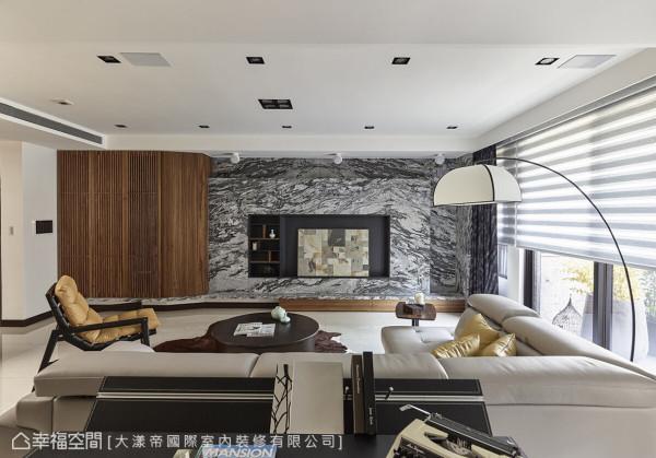 木作收纳柜的格栅门片造型,让视听机柜能保持通风,温润的质感与花岗石相得益彰,围塑出休闲自然氛围。