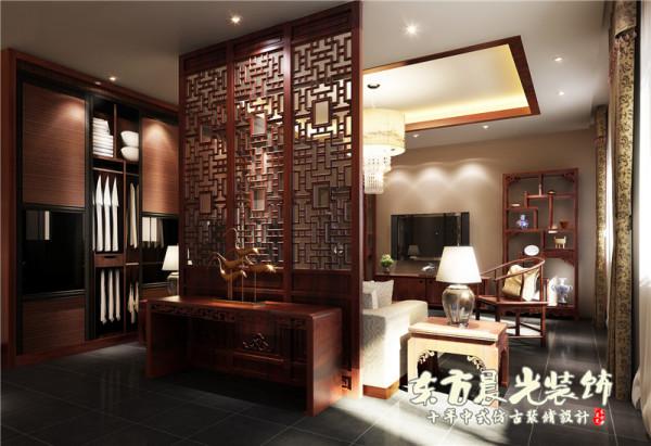中式家具软硬适度,中式隔断既实用,又美观,原木的色调更显沉稳大气,透雕花罩与字画的装饰让整个室内空间高端典雅。