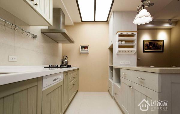 除了厨具上下方的柜体安排外,吧檯内侧也规划大量收纳机能,透过门片的线板装饰,创造具乡村风情的造型美感。