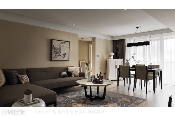 已然三十年屋龄的老屋想呈现S. Design 森境&王俊宏室内装修设计经典的风格样貌,设计师须先克服厚达25公分的墙面,以及有限的空间坪数。