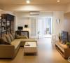 公私领域格局采用二分法配置,电视墙单侧隐藏三间卧房入口,维持视觉上干净舒服的感受。而厨房使用绿色釉面磁砖,在简约色彩的居家情境里,展现另一种清新味。