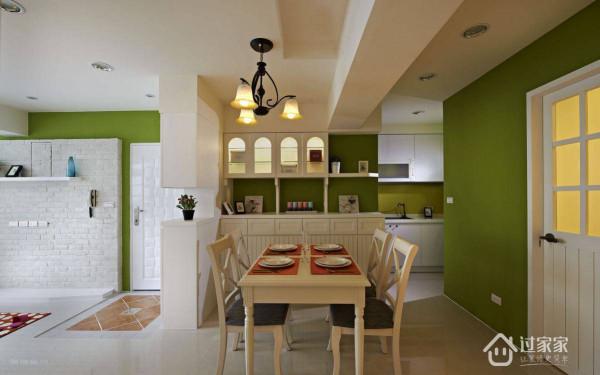 考量女屋主不常在家开伙,因此设计团队整合并简化餐厨,使空间能作更理想的运用。