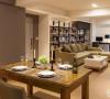 餐厨区向来是居家生活的核心地带,特别使用黑板当成浴室拉门,可搭配使用吸铁与粉笔,成为家人间的留言板。