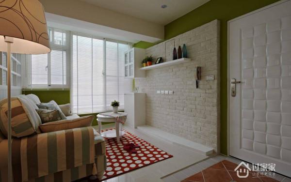 由于空间本身不大,因而舍弃规划独立玄关影响空间感;设计团队使用地板的复古砖,形成明确的玄关意象,也把乡村风情悄悄带入。