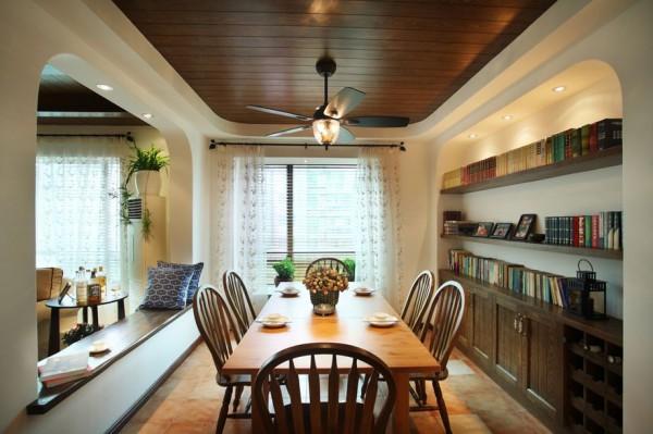 餐厅装修:餐厅同样采用圆弧的线条,做了一个内嵌的书柜,简单的餐桌椅,既可以做为餐厅,同时又可以作为书房,有效的利用了空间
