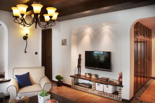 客厅装修:白色的空间,内嵌的弧型电视墙,搭配砖砌的电视柜,简约实用,采用了地中海风格的至美与现代简约的纯净
