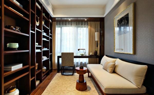 书房装修:格局分明的书柜,既可以放上装饰品点缀,同时又节省了空间,布艺的沙发,让书房相对温暖休闲