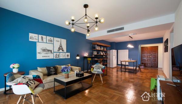 关于客厅的整体布局都安排的合理到位,显得客厅敞亮,空间充足利用,灯光运用暖色调,沙发背景运用蓝色乳胶漆,暖中有冷,冷中取暖,显得分外和谐