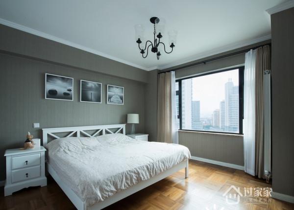 卧室整体给人一种静怡的感觉,不同于客餐厅鲜明的色调,选用更容易给人安全感的灰白色调,让住在里面的主人更容易拥有精致的睡眠。