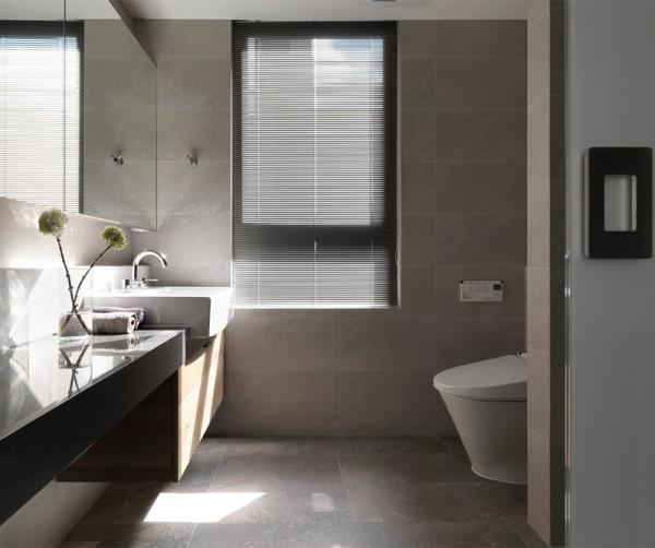 卫生间的格局进行了调整,空间扩大使用舒适性提高。