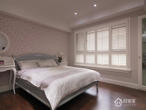 主卧空间透过清柔纹理的壁纸做為主墙表情,引申优雅的休憩氛围。
