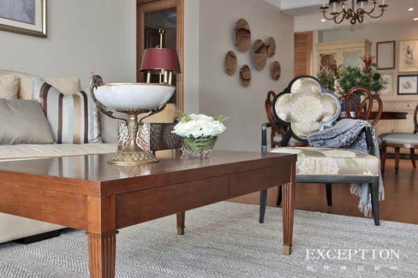 来一张客厅特写,Alhambra Chair来自美式家具风向标Lexington,独特的花瓣形靠背设计带来一丝灵动气息,缎面印花软包愈加凸显优雅气质。