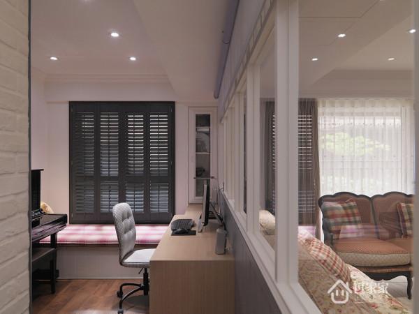 书房空间除了阅读机能的安排之外,更规划卧榻区域,间具客房的使用效果。