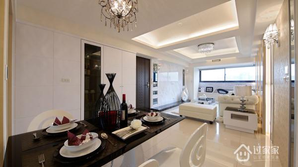 连续面的白色烤漆,整合鞋柜与餐柜的收纳机能,让实用藏身於乾净的线条中。