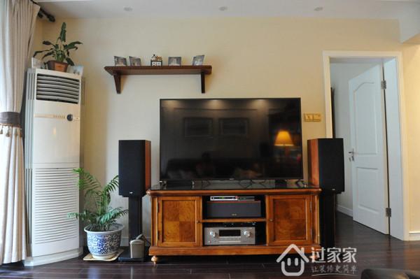 沙发对面的电视柜。当初就想好会买个60寸左右的大电视外加一个搁板,所以背景墙弄什么花色都很累赘,而且考虑到边上还有门,不如干干净净。