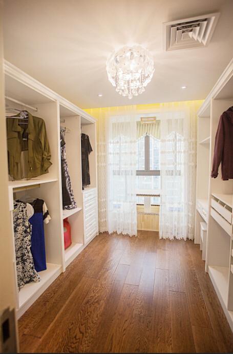 房子是三室,由于常驻人口比较少,所以就选择了一个空间做了衣帽间。
