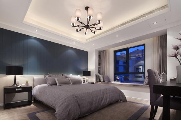 主卧室:空间还是比较大的,客户要求温馨一些,浅色地板与普蓝色背景,灰色家具协调呼应,营造舒适睡眠环境。