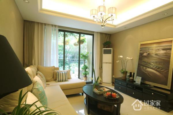 客厅不需要任何装饰,茶几、电视柜、壁画,如同画室一般。