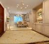 餐厅与客厅通铺米黄地砖,餐厅用菱形镜做装饰达到延伸空间效果。