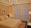 卧室墙面用优质乳胶漆,以衬托豪华空间。地面一地板为主,简单大气,床头用米黄色软包做一装饰,让整个卧室空间奢华舒适 。