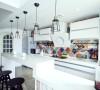 吧台取代了传统的餐桌,很有随性而为的生活态度。