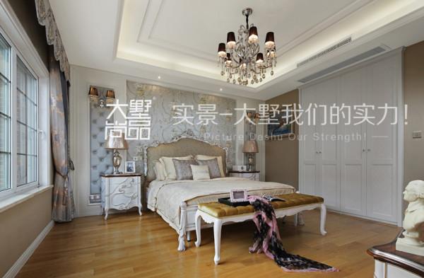 主卧室采用了软包与墙纸结合的处理手法,配以富兰蒂斯的家具,温馨浪漫,将墙纸纹理与颜色控制得恰到好处,与整个空间浑然天然,相互呼应。
