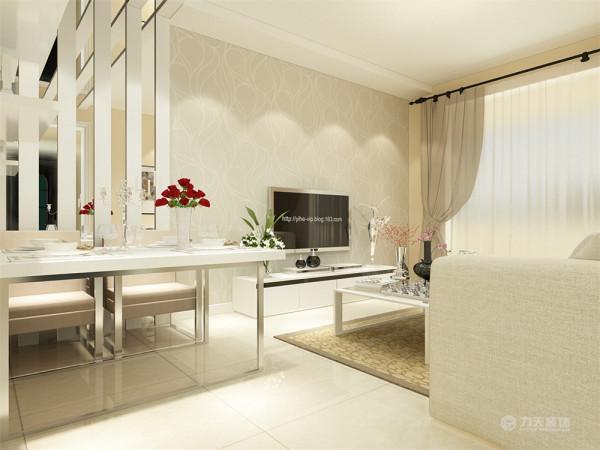 电视背景墙贴的浅灰色的壁纸上面是一字型的吊顶,餐厅墙面与客厅相同,吊顶是石膏板与镜面的结合一直延到餐厅后面的墙。