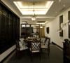 生活家装饰餐厅装修效果图-深色的餐桌椅,配上精致的灯饰,使整个空间硬朗而又华丽、优雅。餐厅的装修又是木质镂空隔断,大气经典。墙面的木质雕刻与吊灯都显示出一种富丽堂皇的感觉。