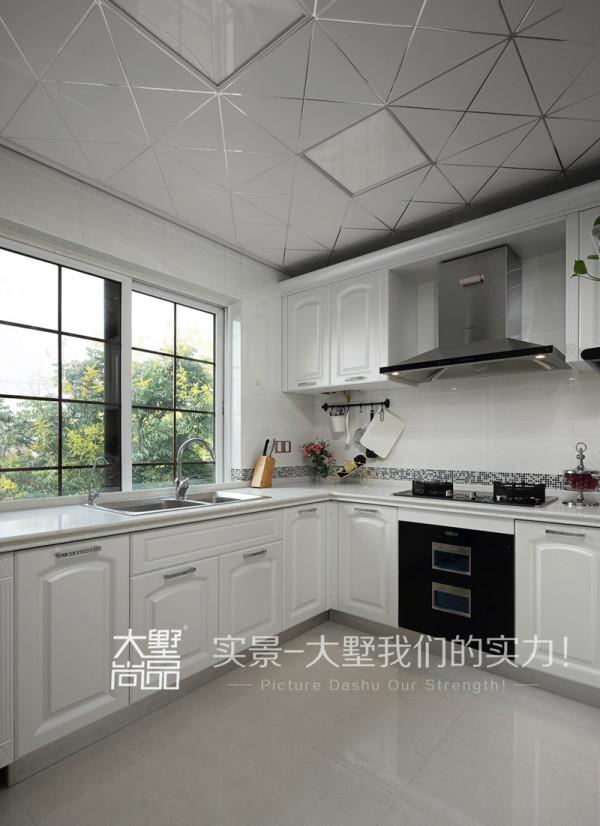 厨房的主要色调控制在白色的清爽感觉中,同时设计师又在腰线的部位帮整个空间点缀了一款蓝灰与紫色混搭的马赛克,跟客厅形成对话的同时,又使整个厨房空间增添了愉快的氛围。