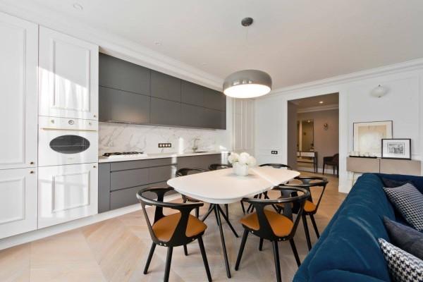 金色的点缀让室内空间更具有感官冲击力,增添多层面的质感,合理的搭配会给家中增添不少光彩,厨房温暖又复古,充满阳光感。