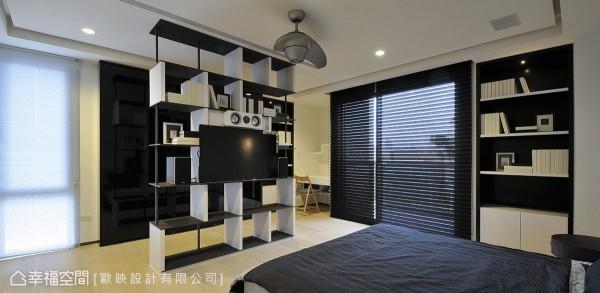 各间次卧以完整套房的型式规划,此间男孩居住的卧房,黑白线性的造型力度、穿透式的收纳视听共构,创造雕塑般的立体美感。