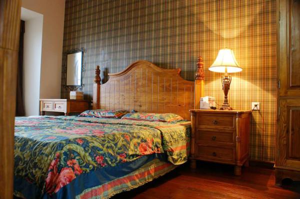 暖暖的床头灯给卧室带来温馨。