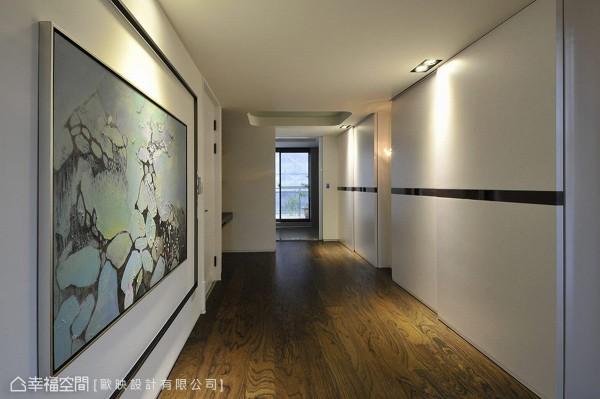 循梯间而上,主卧空间由更衣廊道串接卧房与卫浴,黑玻的线性运用与画作,让收纳拥有艺廊般的宁静气质。