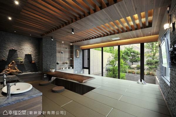 以皮革取代木质为地坪材质,架高的设计不仅便利桌面、窗前席地而坐的伸脚空间,更将屋外的绿意景致框画成具有电影感的宽扁构图