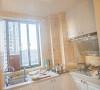 仿古的方砖,模压的橱柜,一种简单的简美厨房空间。
