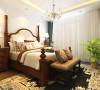 床是传统的欧式特色花纹,卧室摆放了一颗绿植,提高了空间舒适度。