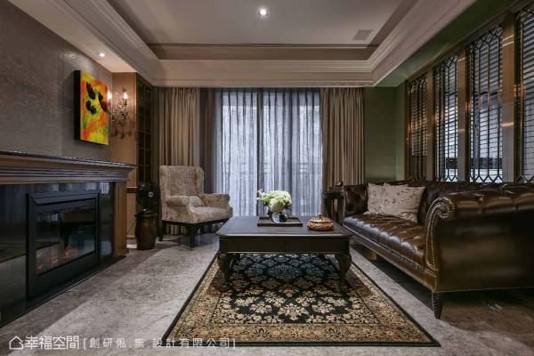 创研俬.集设计选用经典款的皮革沙发和线板元素,搭佐金属和木皮元素材质围塑出现代感,同时平衡空间调性。