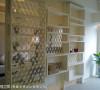 小坪数规划上,以开放、具有穿透感的设计,放大视觉的尺度,例如书房与客厅间,就以优美的窗花造型、雷射雕刻密集板来区隔。