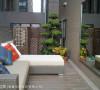 营造城市中的桃花源,在户外阳台上构置一道镜面,透过反射映照空间景深。