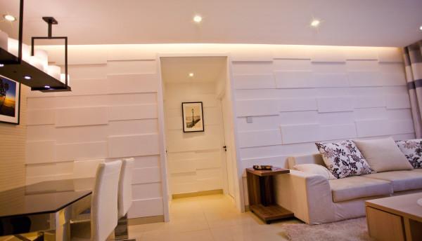 客餐厅的动线主要是以这个户型的结构来规划,保持在一条线上,再通过墙面的线性造型的连贯和顶面的灯光的配合,使得整个空间统一简约又有温和的感觉。