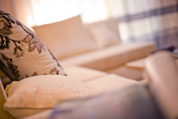 软装的运用让整个刚性的空间多了一些柔和的搭配,显得更加适用,温馨。