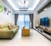 刻意留白的沙发背墙缀点可爱壁贴与生活照片,营造温馨干净的真实生活样貌。