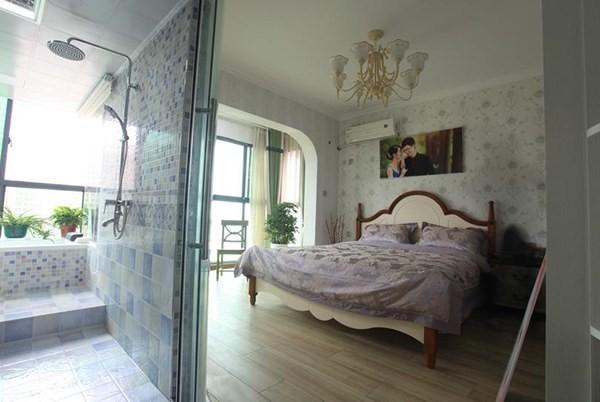 主卧设一个独立卫浴间,以统一的格纹瓷砖饰面,条理分明。