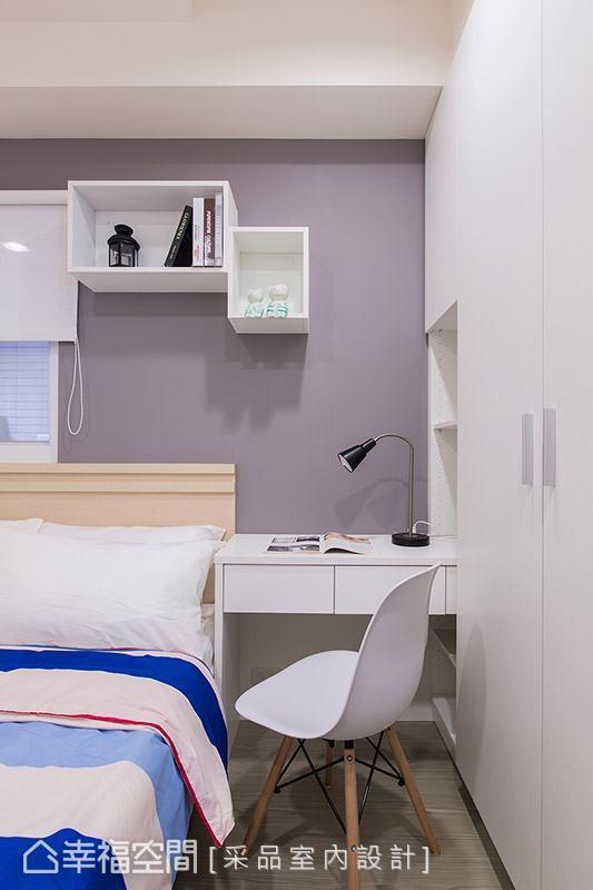 淡雅的灰紫色带出浪漫情调,同时强调机能的实用性,即使空间大小有限,透过卢慧珊与许伯争设计师的缜密规划,同样能够享有完整且便利的卧室机能。