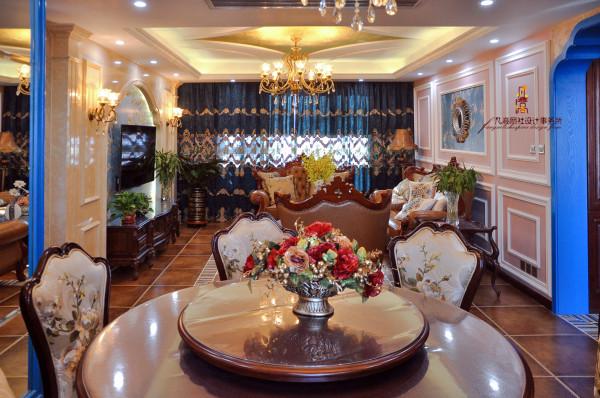 华美的美式沙发,桌椅、小巧精致酒柜,都伴有柔美的线条,处处散发着贵族气息。茶几摆放着一个蓝色的瓷花瓶,花瓶里明黄色的插花柔美地盛开
