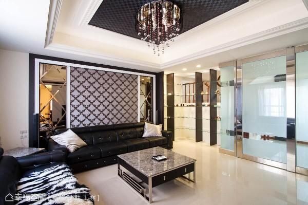 结合木作与玻璃层板沿墙转折规划的造型层架,可完整陈列屋主的艺品收藏,而上半部刻意镂空的墙面,可从穿透视野照看家人的行进安全。
