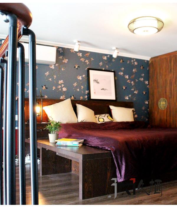 踏着通往二楼的精巧楼梯,来到温暖的卧室,舒适的实木大床,质朴的整排衣柜,不做任何遮挡,孤傲而纯粹的摆放着,这是挥洒慵懒最好的地方。