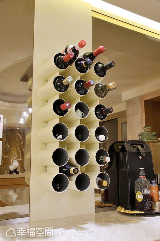 不同于一般红酒柜的制式框架,设计师戴吉荣与古宗民以黑铁喷漆的支架,来增添趣味性。