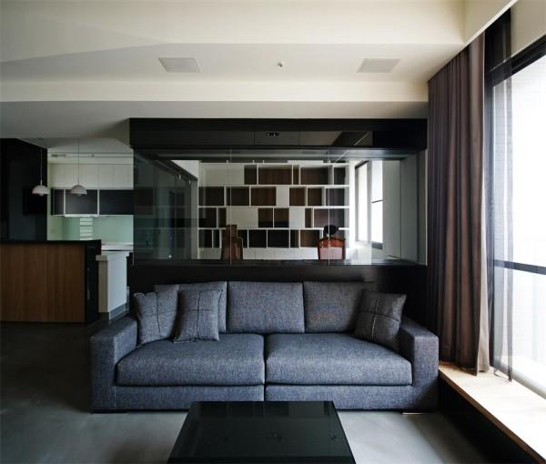 客厅的沙发二人沙发,客厅的飘窗采光性极强。